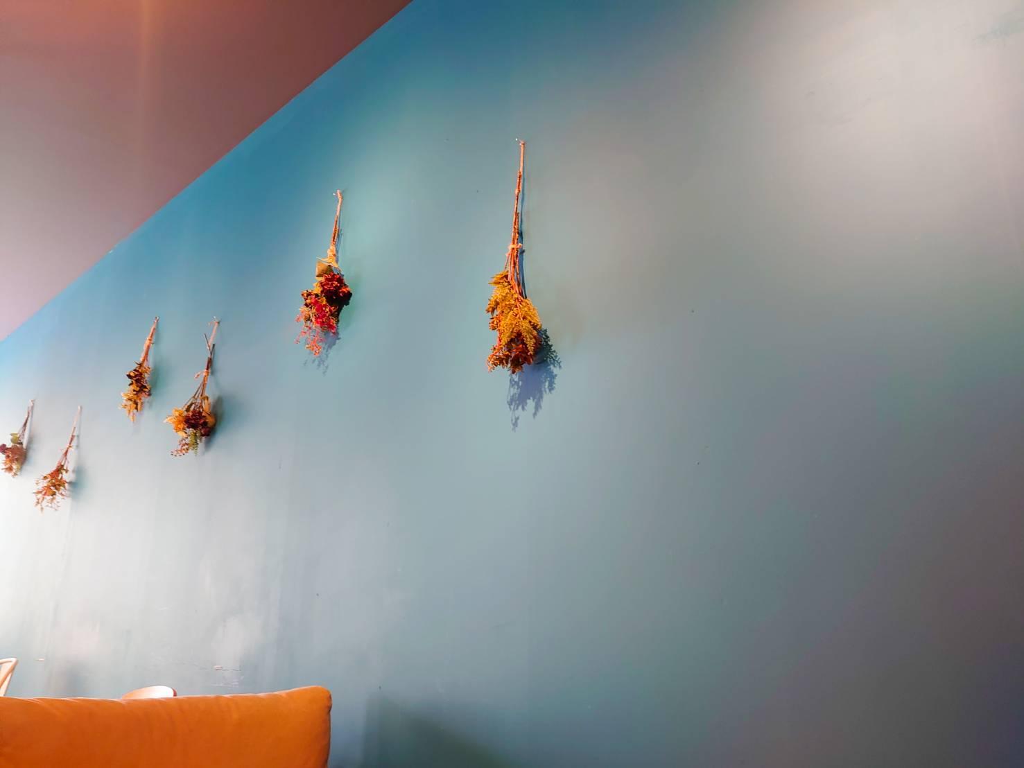 カフェニコラ店内の壁の画像